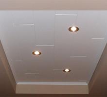Plafond met planchetten en inbouw-spots