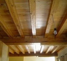 Plafond met massieve balken en planchetten